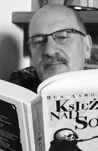 Wójt gminy Świdnica Krzysztof Stefański czytający książkę