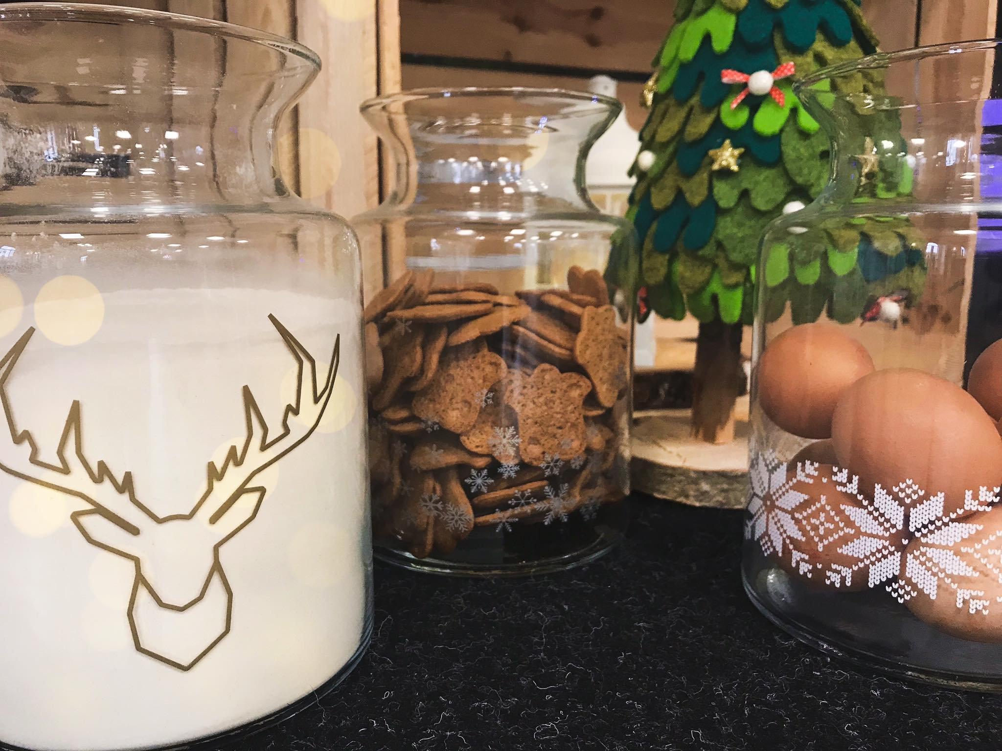 Słoiki z piernikami, jajkami i mlekiem
