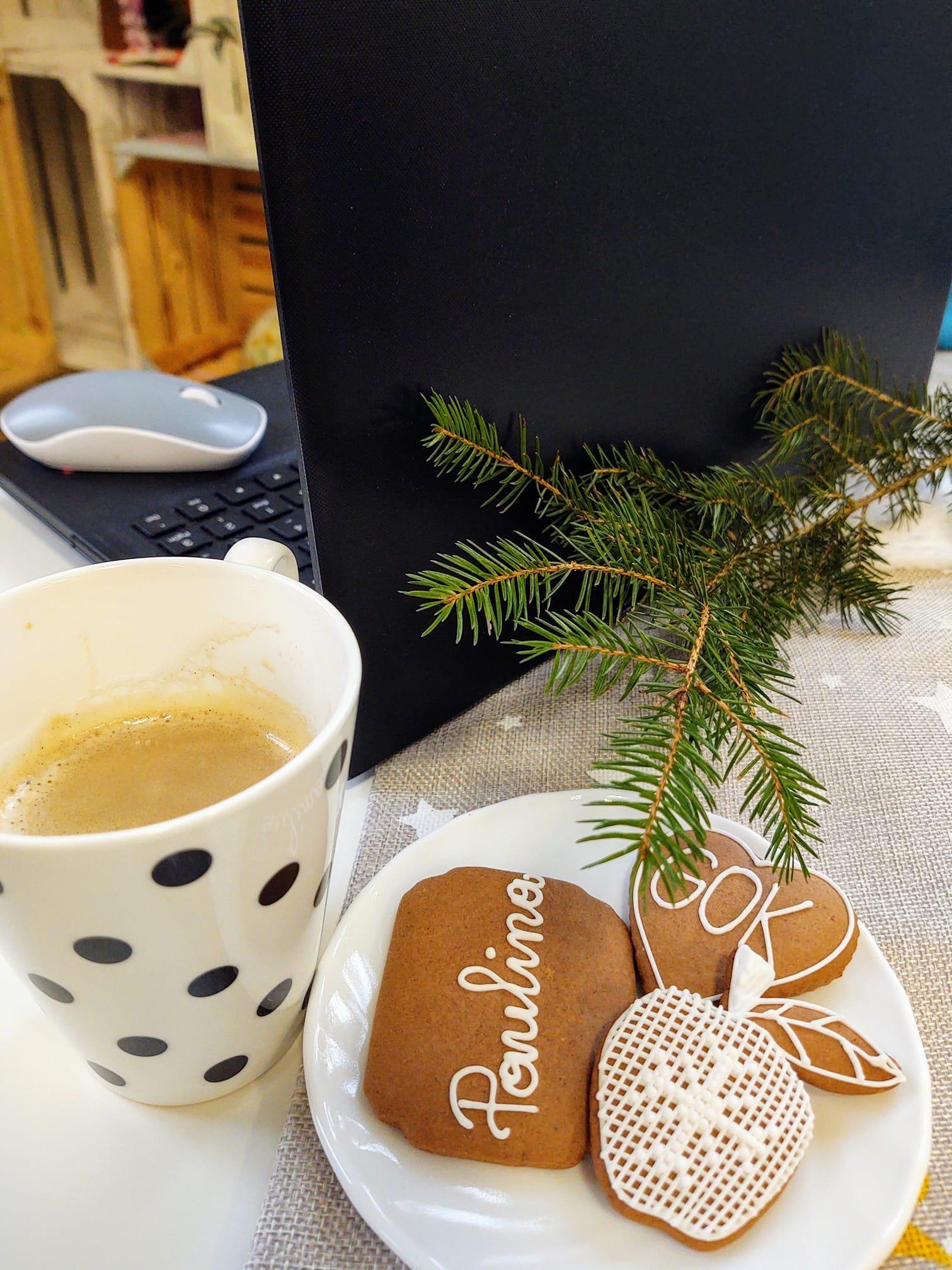 Zdjęćie pierniczków przy kawie