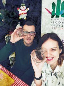 Paweł Kierzek i Paulina Sidoruk patzrą przez słoiki