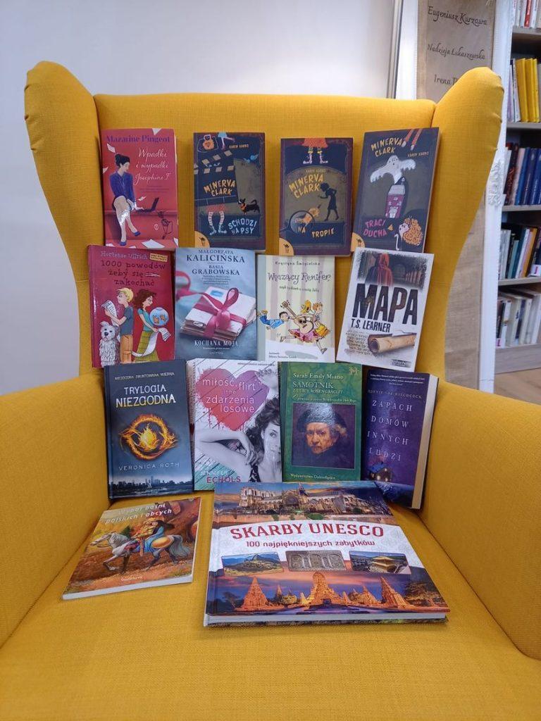 książki na fotelu