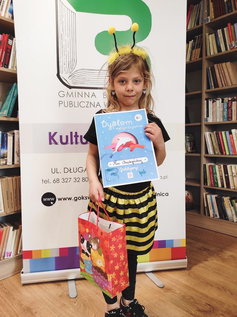 Maja otrzymała dyplom małego czytelnika