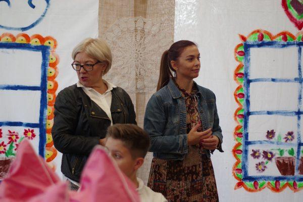 dwóch nauczycieli przygląda się warsztatą dzieci