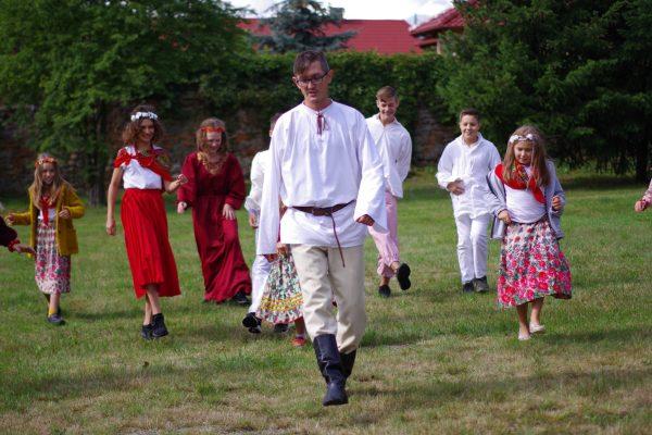 Dzieci uczą się tańca na polanie
