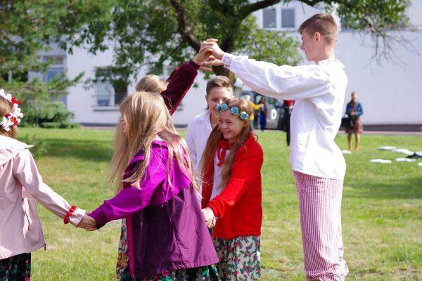 dzieci tańczą na polanie