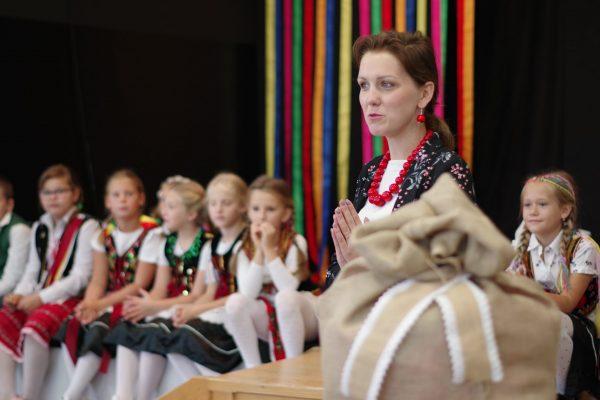 Pani dyrekto Paulina Szewczyk i dzieci w strojach ludowych występują na scenie