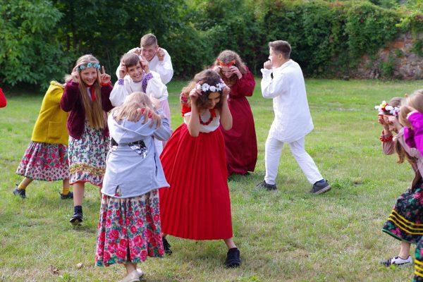 Dzieci bawią się na polanie