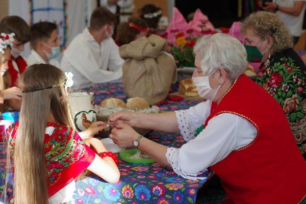 Seniorzy uczą dzieci skubać pierze