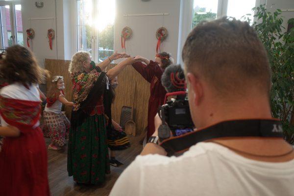 Uczestnicy projektu tańczą