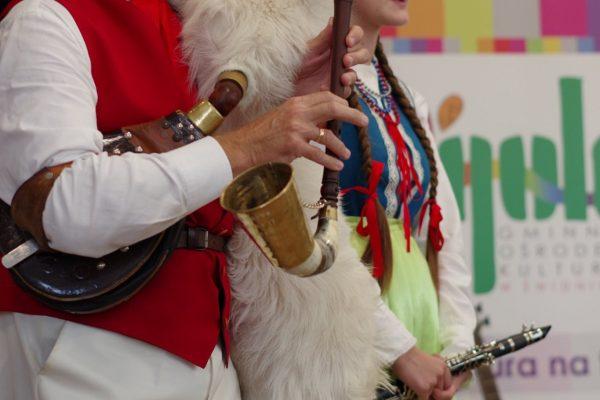 Mężczyzna i kobiera grają na instrumentach
