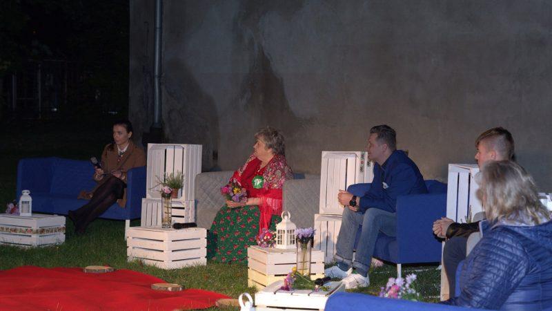zdjęcie przedstawia konferencję zakończenia projketu pierzaki