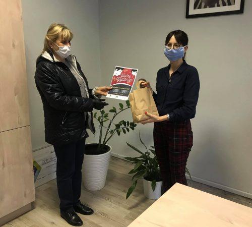 Pani Wójt Izabela Mazurkiewicz otrzymuje słodką paczkę za głośnie czytanie