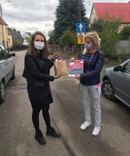 Radna Wioleta Mazuro otzrymuje słodką paczkę od Pauliny Sidoruk