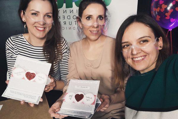 Paulina Szewcyk, Kasia Marcinkowska i Paulina Sidoruk prezentują kartki walentynkowe