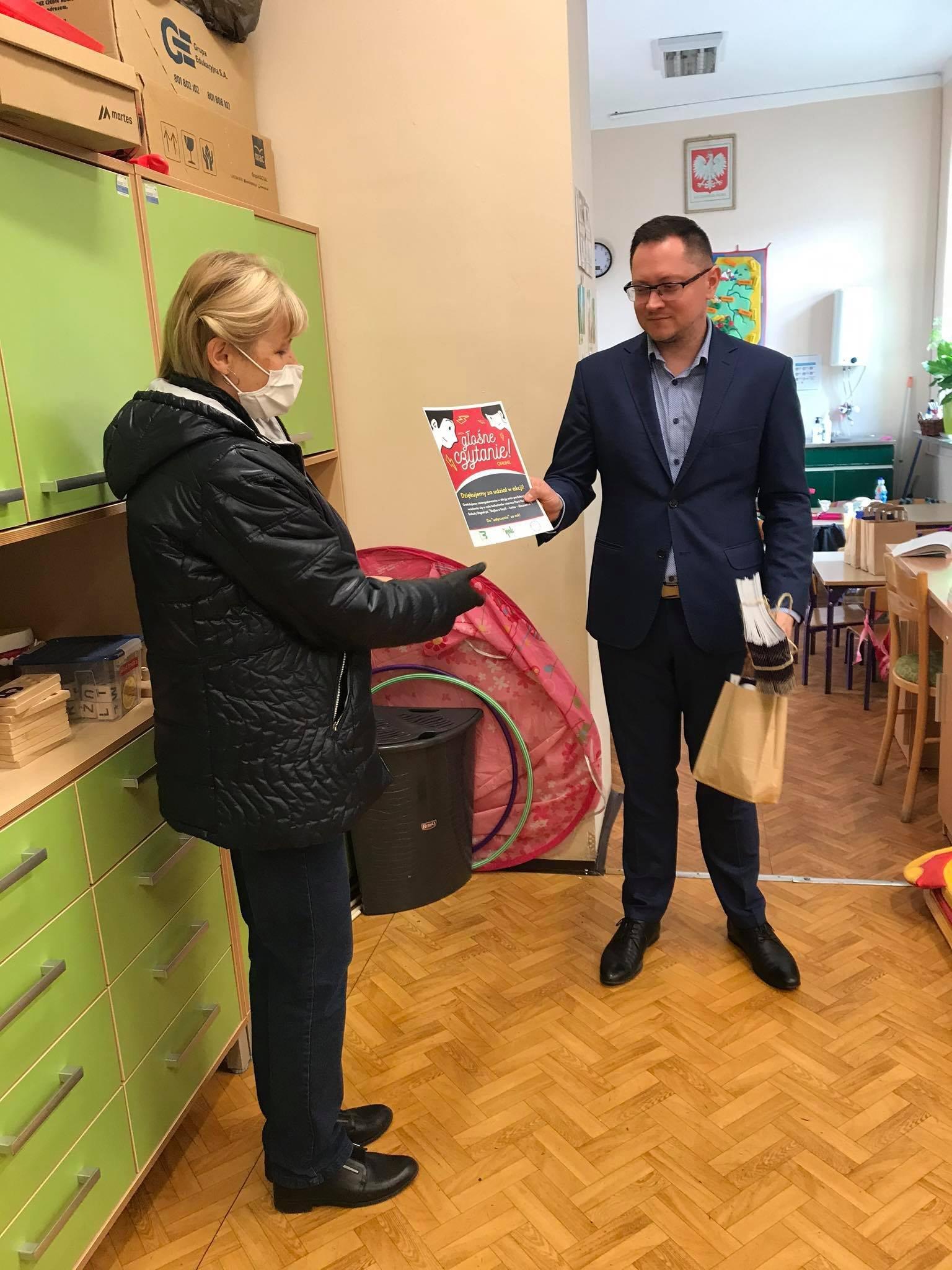 Pani Bożena Trubiłowicz wręcza dyplom, słodką paczkę i foldery Panu dyrektorowi szkoły w Słonem