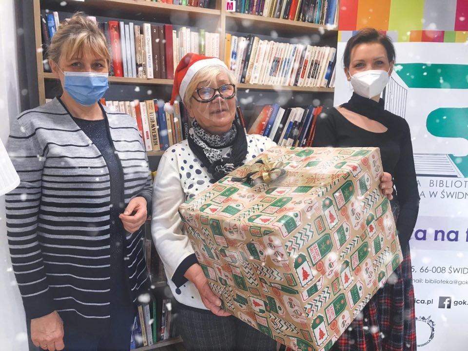 Pani Sołtys Wanda Wojtkowiak wręcza prezent dla biblioteki na ręce pani Pauliny Szewczyk i Bożeny Trubiłowicz
