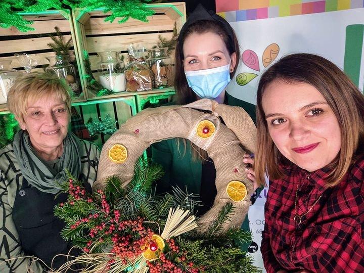 Na zdjęciu Paulina Sidoruk ,Paulina Szewczyk i Małgorzata Stefańska tzrymające wianek świąteczny