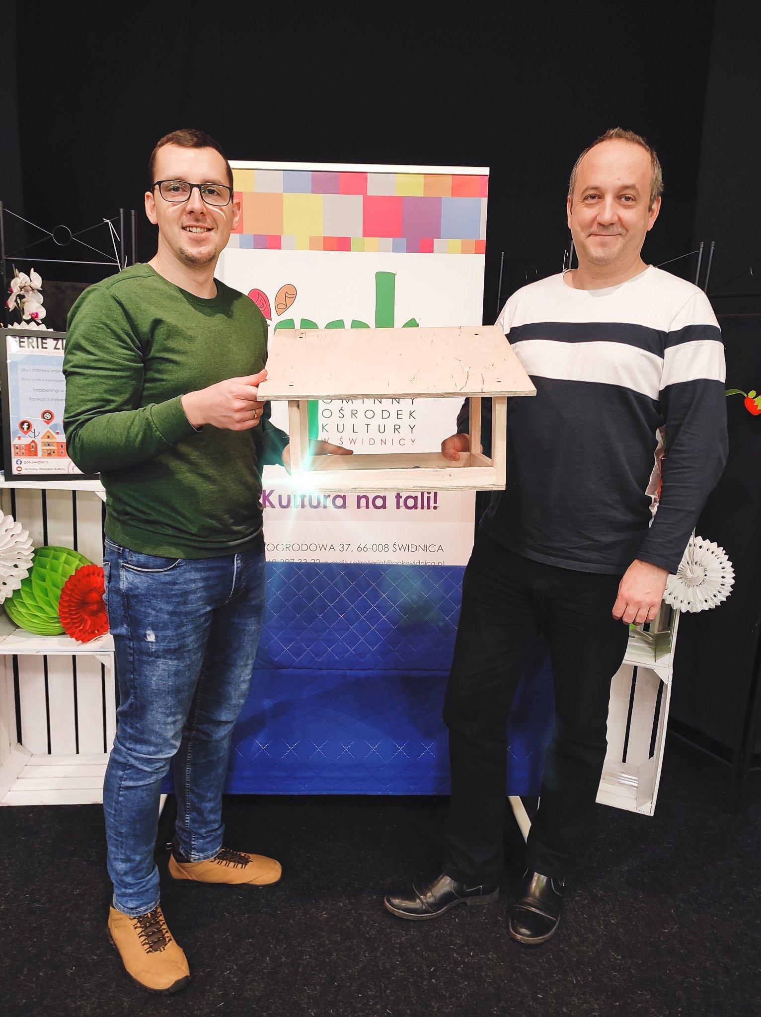 Paweł Kierzek i Marcin Wlazły prezentują karmnik dla ptaków