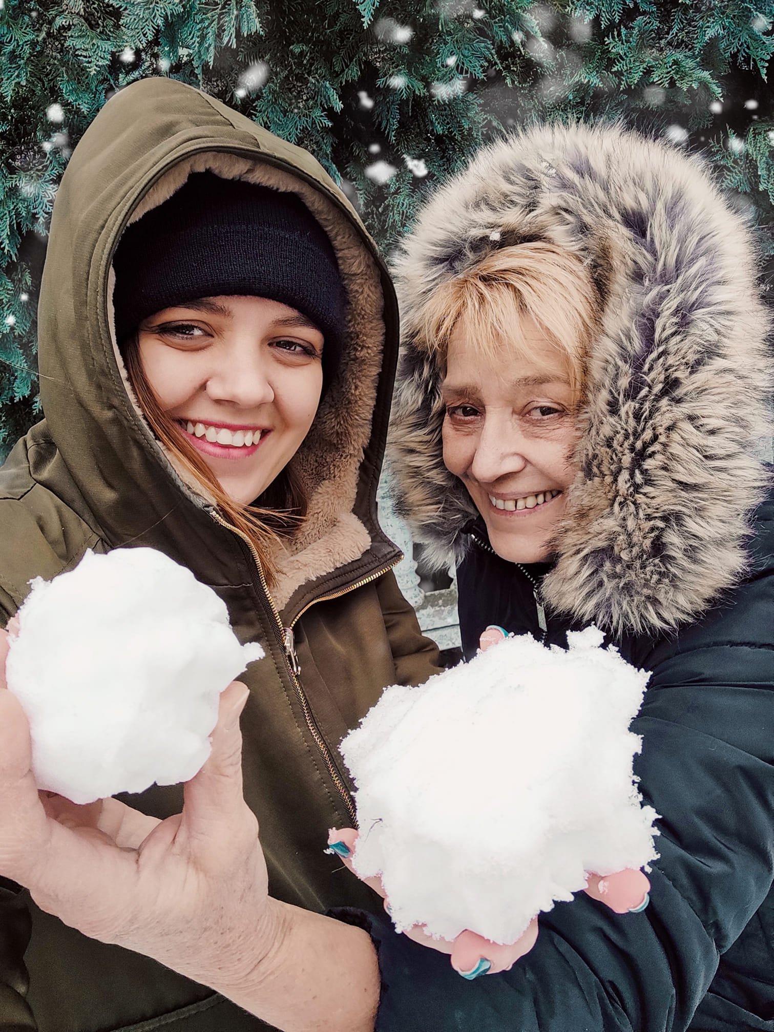 Małgorzata Stefańska i Paulina Sidoruk trzymają kulki śniegu