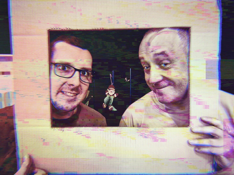 Paweł Kierzek i Marcin Wlazły trzymają głowy w ramie z kartonu