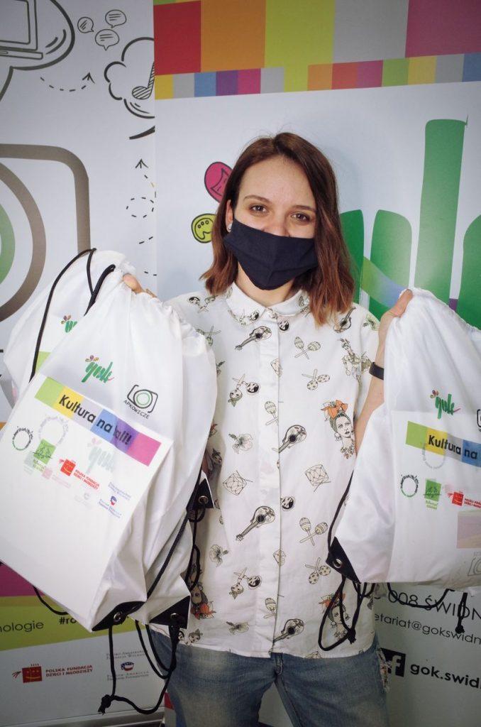 Paulina Sidoruk prezentuje prezenty dla uczestników projketu