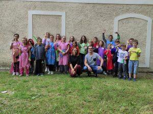 zdjęcie grupowe dzieci pod Zborem w Letnicy